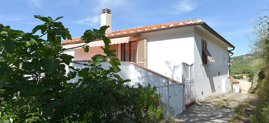 Ampia casa indipendente a Marciana Marina con vista mare.